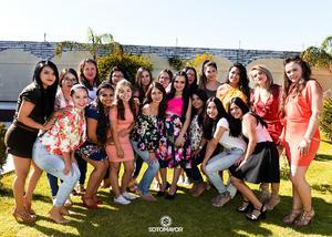04062017 POR CASARSE.  Andrea Belén con sus amigas en su despedida de soltera.
