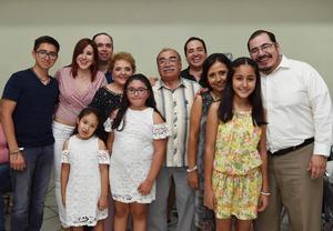 04062017 CUMPLE 70 AñOS.  José Antonio Salas con su esposa, Milagros de Salas, y su familia.