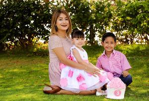 04062017 CUMPLE TRES AñOS.  Bárbara con su mamá, Nelly, y su hermano, Franco.