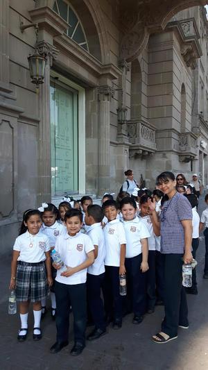04062017 EN EL CENTRO DE TORREóN.  Miss Silvia con sus alumnos de segundo grado del Colegio Cervantes Bosque.