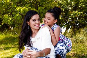 04062017 PRIMERA COMUNIóN.  Bárbara con su mamá, Margarita.