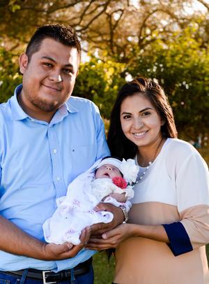 04062017 EN FAMILIA.  Luis Antonio y Karla con su hija, Geraldine.