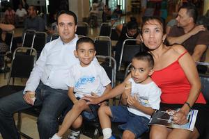 04062017 Ricardo y Sara con sus hijos, Ricardo y Ángel.