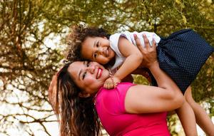 05062017 LINDA POSTAL.  Isabella acompañada de su tía, Roxana Galindo.