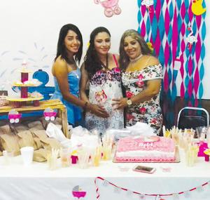 04062017 PRENATAL.  Yasmín de Santiago Jaramillo con su mamá, Lety Jaramillo, y su hermana, Norma de Santiago, disfrutando de su baby shower por la próxima llegada de Zoé.