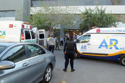 Después de casi dos horas arribó al lugar un contingente de elementos de la Dirección de Seguridad Pública Municipal (DSPM) de Torreón, quienes en lugar de apoyar en la evacuación se dedicaron a tomar fotografías y al final acordonar el área para evitar que los medios de comunicación realizaran su trabajo.