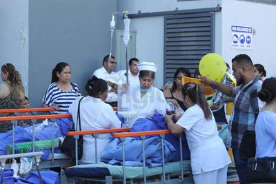 Pacientes fueron sacados en sus camillas para ser trasladados.