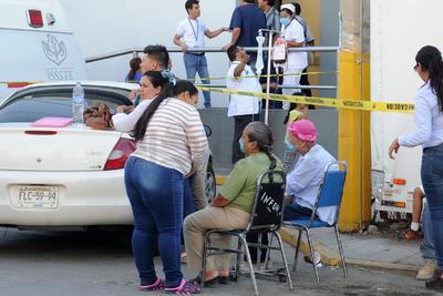Esperaron a las afueras del hospital.