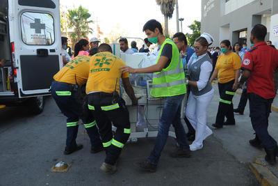 Rescatistas y autoridades comenzaron a prestar apoyo para sacar a los pacientes en camillas y sillas de ruedas, además colocaron sillas en el exterior para que algunos se pudieran sentar.