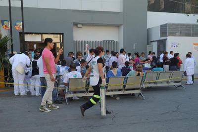 Pacientes y familiares quedaron a las afueras.
