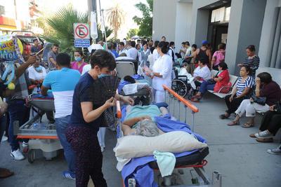 Momentos después arribó personal de Protección Civil quien ordenó la evacuación total del hospital.