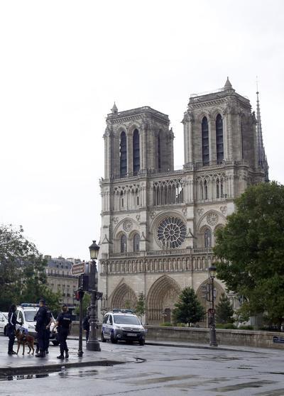 La capital francesa sufrió otro ataque a elementos de su Policía.