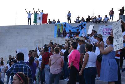 """Mientras la gente marchaba gritaban consignas como """"Fuera Riquelme y sus lideresas del PRI"""", """"Fuera los Moreira"""", Fuera Riquelme"""", """"Fuera el PRI"""", """"Fuera las ratas del PRI en Coahuila""""."""
