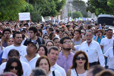 El contingente inició una marcha por la avenida Matamoros rumbo a la Alameda Zaragoza donde se fueron uniendo más personas.