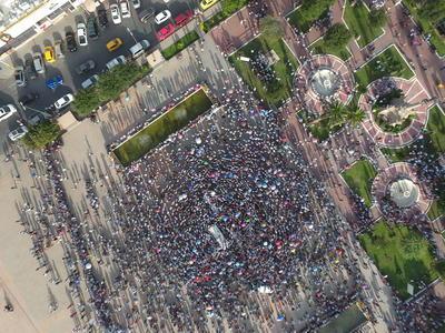 Así lucía la explanada de la plaza antes de iniciar el mitin y la marcha.