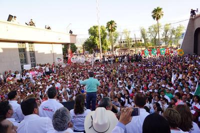 """Alrededor de 25 mil personas se dieron cita en las instalaciones del Comité Estatal del PRI para festejar el """"triunfo"""" del candidato """"Por un Coahuila Seguro"""", Miguel Ángel Riquelme Solís, quien aseguró contar hasta el momento con 30 mil votos."""
