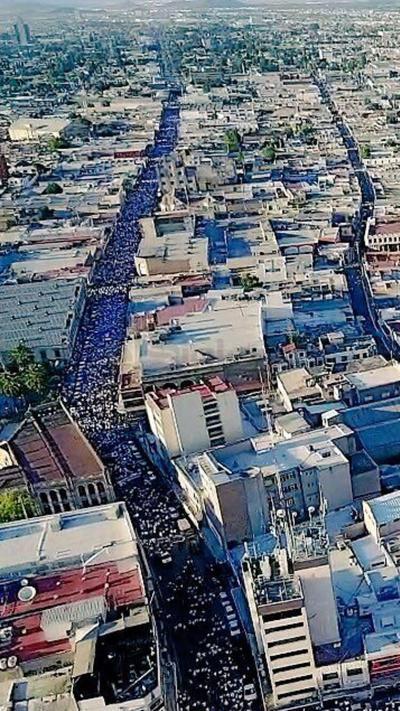 """De acuerdo con reportes de la Policía Municipal de Saltillo aproximadamente 30 mil personas se manifestaron por la """"dignidad de Coahuila""""."""