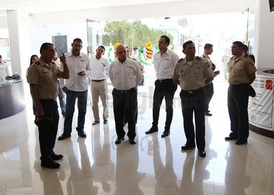 El anfitrión Mendoza Ruiz, también resaltó la labor que las fuerzas castrenses desarrollan en el territorio de Durango, con trabajo de día y noche, con un despliegue mínimo de mil 200 hombres.