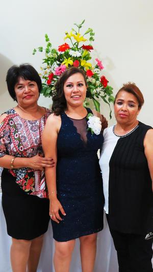 09062017 La festejada acompañada de las anfitrionas.