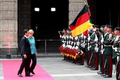 En conferencia de prensa conjunta ofrecida en Palacio Nacional, el mandatario destacó que para México es relevante incrementar el nivel de comercio con el país europeo y afirmó que el intercambio comercial es un motor de desarrollo para ambas naciones.