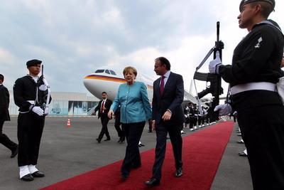 La canciller fue recibida en el Hangar Presidencial por el secretario de Relaciones Exteriores, Luis Videgaray.