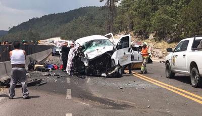 Seis personas perdieron la vida y seis más resultaron gravemente lesionadas, luego de que los vehículos en que viajaban chocarán de frente en la súpercarretera Durango-Mazatlán.