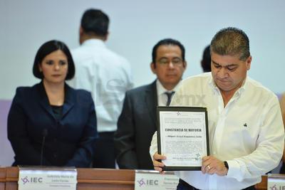 Riquelme recibió la constancia de mayoría como gobernador electo.