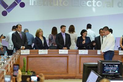 Al momento de la entrega, representantes de partidos de oposición dieron la espalda al gobernador electo.