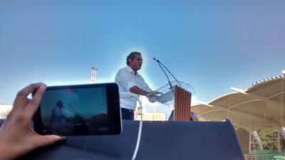 Enrique Ochoa Reza, quien mostró orgulloso de acudir al festejo del próximo gobernador.