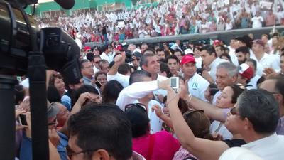 """Entre aplausos, porras y gritos como """"El PRI unido jamás será y vencido"""" y """"Riquelme gobernador"""", fue recibido el próximo gobernador de Coahuila, quien expresó su agradecimiento por su apoyo."""