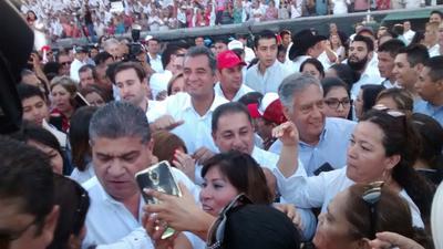 Fue mucho antes de las siete de la tarde que los simpatizantes y militantes, se dieron cita en el estadio Francisco I Madero en Saltillo.
