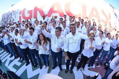 Riquelme Solís acudió en compañía del líder nacional del Partido Revolucionario Institucional (PRI), Enrique Ochoa Reza, quien mostró orgulloso de acudir al festejo del próximo gobernador.