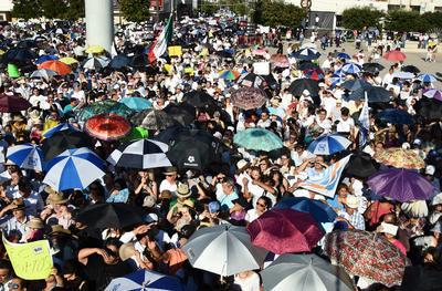 Acompañados por miles de simpatizantes y diferentes organizaciones civiles que a pesar de los 38 grados centígrados a la sombra y a los fuertes rayos del sol, marcharon por dos frentes desde la Fuente del Pensador a la explanada de la Plaza Mayor de Torreón.