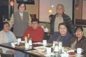 11062017 CELEBRACIóN DE CUMPLEAñOS.  Festejando el cumpleaños de Goyito. Lo acompañan Pila, Martha, Lupita, María Luisa y Evita.