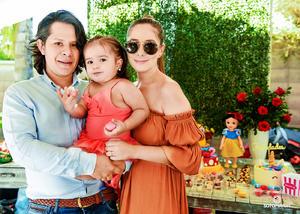 11062017 EN FAMILIA.  Greta, acompañada de sus papás, en su fiesta por sus dos años de vida.