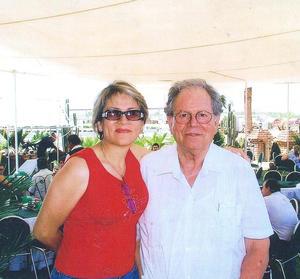 11062017 GRATOS MOMENTOS.  Don Miguel Dávila Jiménez en compañía de su hija, Chelings de Sotomayor.