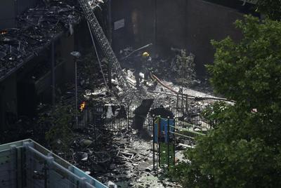 Algunos testigos comentaron a la televisión local que una persona saltó de los pisos superiores de la torre, mientras las llamas consumían el edificio.