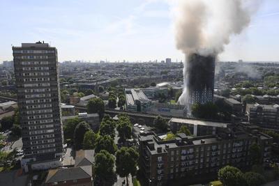 200 bomberos atendieron la emergencia con 45 camiones de bomberos que comenzó en el segundo piso de la torre.