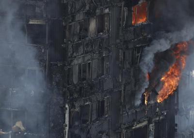 En redes sociales, familiares buscan desesperadamente a familiares y amigos que se encuentran desaparecidos, entre ellos ancianos y niños, tras el incendio que devoró la torre de departamentos.