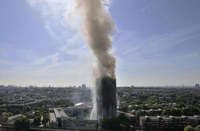Humo y llamas eran visibles a la distancia  debido al enorme incendio en una de los edificios de vivienda más altos de esta ciudad.