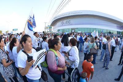 """El llamado """"Frente por la Dignidad de Coahuila"""" inició con su toma pacífica de las instalaciones del Instituto Electoral estatal."""