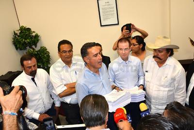 Estuvo acompañado de los excandidatos independientes Horacio Salinas y Javier Guerrero, del presidente nacional del PAN Ricardo Anaya y el excandidato de Morena Armando Guadiana.
