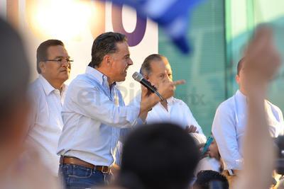 Guillermo Anaya dando un discurso luego de presentar la solicitud de impugnación de las elecciones.