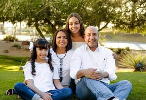 15062017 Edgar Ortega y Heidi Berenice Castro con sus hijos: Kaleb, Diego y Danae Ortega Castro.