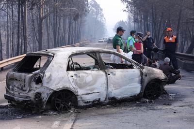 Muchas de las víctimas murieron atrapadas en sus autos cuando las llamas invadieron una carretera.