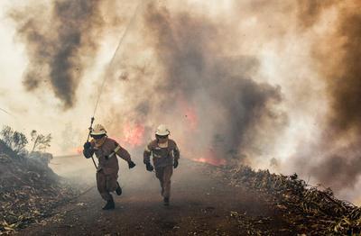 El viento puede dificultar, aún más, las tareas de control y extinción del fuego, que continúa con varios frentes activos.