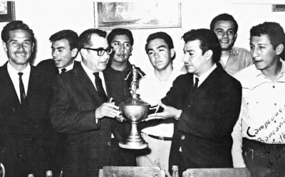 18062017 Festejando el Campeonato de Futbol Bancario ganado por el Banco Agrario de La Laguna. Alfredo Sepúlveda, Jaime Hernández, Jorge Valdés, José Meléndez, Inocente Leal (f), Alejandro Máynez y Raúl Valgos.