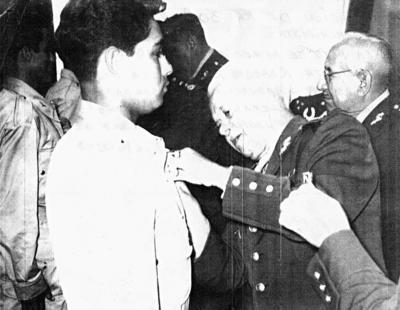 18062017 Graduación de la 30a. antigüedad de paracaidistas. En la foto, se aprecia al Soldado de Fuerza Aérea Paracaidista, Roberto Ríos Favela, recibiendo las alas de graduación a manos del General Roberto Fierro, Se-Eliseo Mendoza y Jesús Reyes. cretario de la Defensa Nacional. Diciembre de 1960.