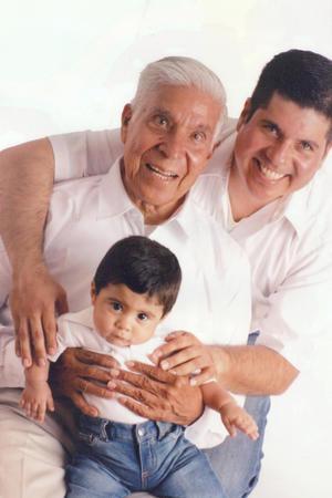 18062017 TRES GENERACIONES.  Dionisio Sánchez Herrera con su hijo Arturo y su nieto Arturo, festejando el Día del padre.
