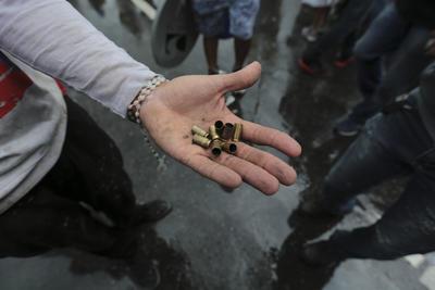Manifestantes recogieron y mostraron casquillos de bala que quedaron en el sitio.